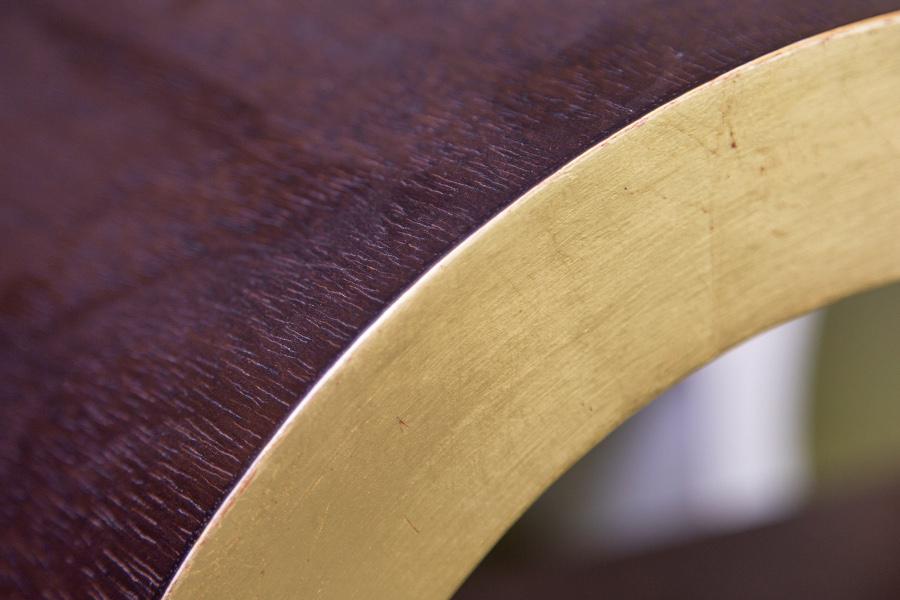 Particolare del pialliccio curvato e del fronte rifinito in foglia d'oro