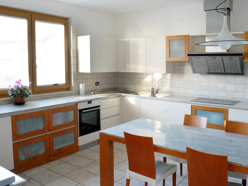 Cucina bianca in frassino e ciliegio